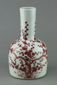 Well-potted, Chinese porcelain vase, painted songbirds on prunus branch in copper red, base with six-character Kangxi mark. H: 22 cm, D: 10 cm
