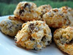"""Sausage cream """"puffs""""  1/2 pound sausage  1 1/2 cups biscuit/baking mix  2 cups shredded Cheddar cheese  6-7 Tbps buttermilk"""