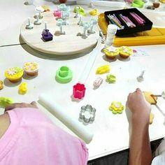 A convite da Câmara Municipal do Entroncamento e inserido no programa da Festa da Flor realizámos no Centro Cultural, sábado dia 27 de maio um workshop/demonstração de cupcakes e bolachas decoradas com pasta de açúcar.