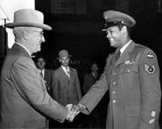 President Harry S. Truman Shakes Hands with African American Air Force Sergeant Civil Rights Leaders, Civil Rights Movement, American Veterans, American Presidents, All Us Presidents, Harry Truman, Coloured People, Black History Facts, Declaration Of Independence