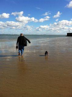 Mopsie met baasje Rick langs het strand in Breskens 07-10-2012
