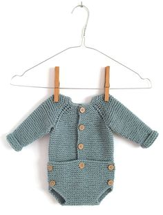 Learn How to Make this adorable Knitted Baby CARDIGAN. FREE Step by Step Pattern & Tutorial. A different way of making a Knitted Baby Cardigan! Crochet Onesie, Crochet Jumper, Knitted Baby Cardigan, Baby Pullover, Knit Crochet, Baby Boy Knitting Patterns, Knitting For Kids, Baby Patterns, Scarf Patterns