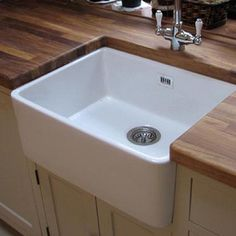 RAK 600 Gourmet Belfast 1 Bowl White Ceramic Kitchen Sink This incredibly popular ceramic kitchen sink is perfect for adding luxury to your kitchen. With a farmhouse design this ceramic sink not only looks amazing but it also very affordable. White Ceramic Kitchen Sink, Kitchen Sink Decor, Kitchen Sink Organization, Kitchen Mixer, Ceramic Sink, Kitchen Styling, New Kitchen, Small Kitchen Sink, Kitchen Tips