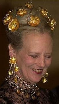 Tiara de las Amapolas de Oro - Casa Real de Dinamarca El conjunto se completa con pendientes a juego y gargantilla. Las flores de la tiara son desmontables y se pueden lucir por separado.