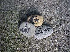 """La retórica de que """"el Islam es una religión violenta"""" perpetúa la actitud de condenar a otros, que es la semilla de la enemistad y la violencia en el mundo. Te llena de miedo y desconfianza y señalamientos, y no tiene nada que ver con el fomento de la pacificación, la compasión y la esperanza en los musulmanes, o en cualquiera de nosotros. Despójate de tu ira, y se agente de la reconciliación."""