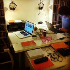 """Table de @Stéphanie Messal : """"#bureaudethésard #tabledetravail #alheuredugouter"""""""