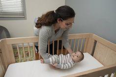 Comment favoriser un endormissement autonome chez mon bébé - Marie Fortier - Schwangerschaft Baby Massage, Massage Bebe, Kids And Parenting, Parenting Hacks, Kindergarten, Breastfeeding And Pumping, After Baby, Baby Arrival, Pregnant Mom