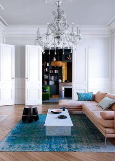 Grand Salon avec table basse en marbre et canapé d'angle en cuir