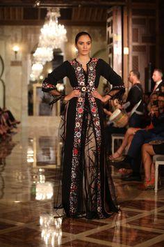 Le caftan est une longue tunique richement décorée très prisé par les femmes du Maghreb. A l'origine unisexe, le caftan s'est vraiment féminisé ses dernières décennies. Tenue officielle de la