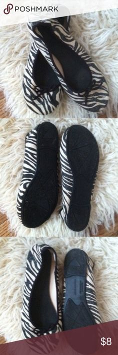 Predictions flats slip on shoes Size 6.5 •Excellent used condition •used aha duo of times Animal/ zebra print with a small bow in the front •Color: Black and cream •Brand: Predictions •Size: 6.5 •NO TRADES Predictions Shoes Flats & Loafers