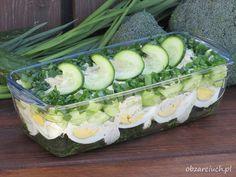 Pyszna wiosenna sałatka z brokułem, jajkiem, ogórkiem i sosem koperkowym, idealna na kolację
