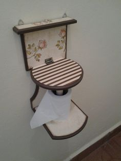 Porta Papel Higiênico de Parede ou Chão Cardboard Crafts, Wood Crafts, Diy And Crafts, Scrap Wood Projects, Diy Projects, Diy Toilet Paper Holder, Diy Kitchen Decor, Diy Coffee Table, Beginner Woodworking Projects