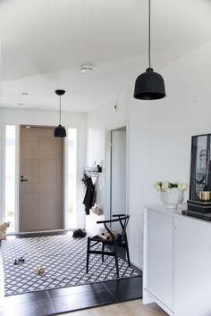 Eteisessä. Hallway decor, classic interior, klassinen sisustus, eteinen, entrance Chihuahua, Oversized Mirror, Villa, Lifestyle, Furniture, Blog, Home Decor, Decoration Home, Room Decor