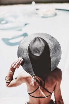 Adore this chic black bikini/hat combo! Check out our sun hat inspo for your next tropical and sunny vacation