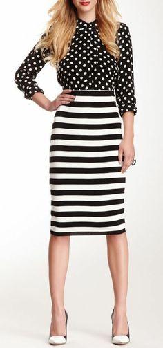 look des années 80 chemisier noir à petits pois blancs et jupe à rayures noires et blanches horizontales