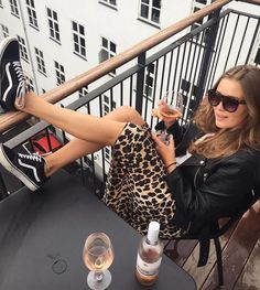 Lederjacke + Weiße Bluse + Leopardenrock + Schwarze Vans - f a s h i o n - Skirt Ideas Looks Chic, Looks Style, Skate Vans, Mode Outfits, Fashion Outfits, Fashion Trends, Jackets Fashion, Modest Fashion, Sneaker Outfits Women
