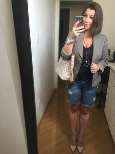 Domingo e 13º dia do #desafiodocloset: short jeans mais longuinho com desfiados, t-shirt preta, cinto preto, blazer cinza, salto bico fino nude, colar estilo medalhão e bolsa Clara.