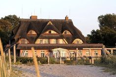 Blick auf das Haus Namenlos vom Strandübergang. #Romantik #Hotel #Namenlos #Ahrenshoop #Strand #Ostsee