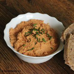 Pomazánka z paprik a rajčat patří mezi ty, která budou chutnat i vašim dětem. Je zdravá a velmi dobře se hodí i jako svačinka do školy.