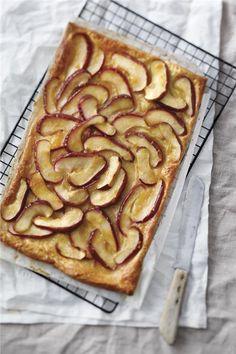Σφολιάτα με μήλο Cake Recipes, Dessert Recipes, Desserts, Greek Cooking, Greek Recipes, Apple Pie, Sweet Treats, Sweets, Fruit