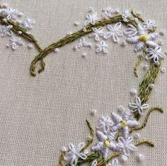 Tem mais um coração florido feito exclusivamente para uma noiva {o bordado inteiro a gente posta depois que a noiva receber em mãos } #clubedobordado