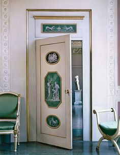 the Palazzo Pucci:Painted medallions adorn a door.