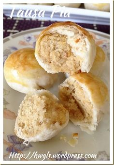 Tambun Biscuits or Tausa Pia or Mung Bean Pastry (淡文饼 / 豆沙饼) - Guai Shu Shu Donuts, Puff And Pie, Cookie Recipes, Dessert Recipes, Asian Cake, Bean Cakes, Dough Ingredients, Singapore Food, Asian Desserts