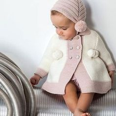 Moda Infantil Made In Spain: Maravillosos estos zapatitos artesanales de Beautiful🌹🌹❤️❤️ Knitting Blogs, Knitting For Kids, Baby Knitting Patterns, Knit Baby Sweaters, Knitted Baby Clothes, Baby Pullover, Baby Cardigan, Handmade Baby Clothes, Baby Coat