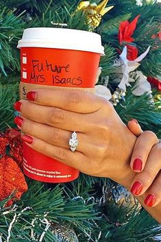 Der perfekte Heiratsantrag: 40 romantische Ideen The perfect marriage proposal: 40 romantic ideas Christmas Engagement Photos, Christmas Proposal, Winter Engagement, Engagement Pictures, Wedding Engagement, Engagement Ideas, Engagement Session, Engagements, Engagement Announcement Quotes