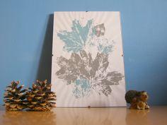 Szukasz oryginalnej ozdoby na ścianę? Zrób obraz, na którym utrwalisz kształt i strukturę jesiennych liści. Wykonanie ozdoby jest bardzo proste - wystarczy pomalować suche liście i nanieść ich wzór na białą kartkę.