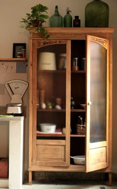 Tengo este mueble en mi casa hace unos meses, me resisto a venderlo porque me gusta como ningún otro mueble que haya pasado por acá. Encaja... My Furniture, Painted Furniture, Vaisseliers Vintage, Linen Cabinets, Antique Interior, Interior Decorating, Interior Design, Furniture Inspiration, Cozy House