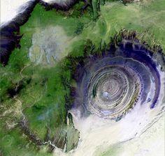 """Estrutura de Richat, Mauritânia - A Estrutura de Richat, apelidada de """"Olho da África"""", foi descoberta em 1965 por uma missão americana e permanece um enigma científico raríssimo. Segundo as últimas interpretações geológicas, seria o resultado de uma erupção vulcânica atípica, ocorrida há 100 milhões de anos, no período cretáceo, que posteriormente teria afundado devido a um longo processo de erosão"""