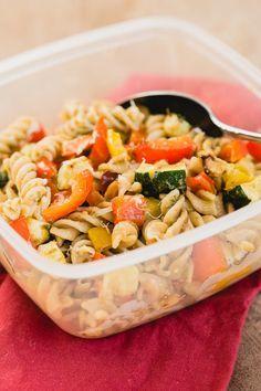 Maak deze koude pastasalade met geroosterde groente en pesto voor in je lunchbox. Het is een heerlijk vegetarisch, gezond en simpel lunch…