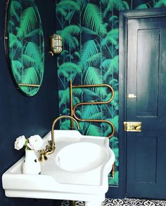 Palm print wallpaper cole and son alongside farrow and ball railings: photo by suszi Saunders Wallpaper Toilet, Palm Wallpaper, Cole And Son Wallpaper, Bathroom Wallpaper, Wallpaper Jungle, Print Wallpaper, Small Downstairs Toilet, Downstairs Bathroom, Jungle Bathroom