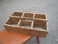 Ihana, vanha lokerikkolaatikko, vaikka kukille tai yrteille. Pohja on jotain kovalevyä, mahdollisesti vaihdettu jossain vaiheessa, muuten laatikko on puuta.  Koko 39 x 24 cm, korkeus 10 cm.  35 euroa.