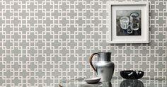 Die Tapete Orden ist eine effektvolle und ausdrucksstarke Tapete! Das großflächige, graphische Design wird von den zarten Metalliktönen unterstützt.