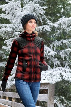 Our cozy FreeHeat® polyester sweater fleece in a fun, full-zip jacket with quilting lines at the front shoulders, back yoke, and elbows. Jersey lining inside the collar and hood. Eddie Bauer, Shibori, Winter Outfits, Autumn Fashion, Fall Winter, Quilting, Hiking, Fat, Outdoors