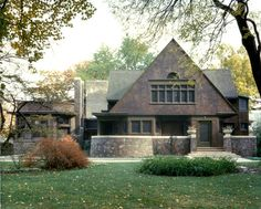 The first home Frank Lloyd Wright designed for himself and family at Chicago and Forest Avenues in Oak Park, Illinois. Now owned by the Wright Preservation Trust Casas De Frank Lloyd Wright, Frank Lloyd Wright Buildings, Frank Lloyd Wright Homes, Shingle Style Architecture, Shingle Style Homes, Architecture Design, Oak Park Illinois, Traditional Exterior, Craftsman Bungalows