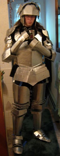 That's an impressive outfit right there. Cardboard Knight 1 by Rabekrieger on deviantART Halloween 2015, Halloween Cosplay, Halloween Costumes, Epic Costumes, Cosplay Costumes, Costume Ideas, Fashion Design Classes, Cardboard Costume, Knight Costume