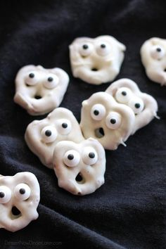 Halloween is incomplete without these spooky halloween desserts. Quickly browse through these creepy & spooky Halloween dessert ideas here. Spooky Halloween, Halloween Mono, Dessert Halloween, Halloween Snacks For Kids, Halloween Baking, Halloween Goodies, Halloween Parties, Halloween Ideas, Halloween Cupcakes