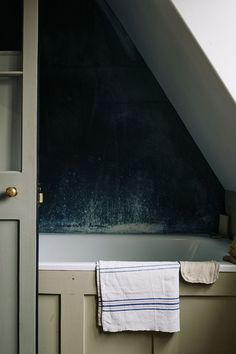 A dilapidated Georgian house in London's East End was given a new lease of life with historically accurate shades of paint made by owner Pedro da Costa Felgueiras. Cottage Bath, House Bath, Cottage House, Bathroom Plants, Attic Bathroom, Hotel Bathrooms, Bathroom Grey, Boho Bathroom, Bathroom Styling
