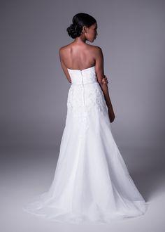 Sweetheart neckline, 3D flower, organza wedding gown.
