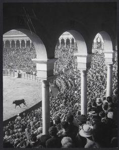"""BRASAÏ: """"La entrada del primer toro"""" Feria de Sevilla. Brassaï viajó a España a principios de los años cincuenta para fotografiar la celebración de la Semana Santa y de la Feria de Sevilla. La revista Harper's Bazaar publicó un reportaje con los resultados en abril de 1953. Mirada de artista y periodista."""