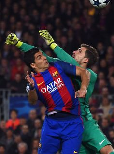 Barcelona's Uruguayan forward Luis Suarez (L) vies with Paris Saint-Germain's German goalkeeper Kevin Trapp to score a goal during the UEFA Champions League round of 16 second leg football match FC Barcelona vs Paris Saint-Germain FC at the Camp Nou stadium in Barcelona on March 8, 2017. / AFP PHOTO / Josep Lago