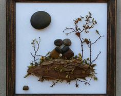 Articoli simili a Pebble Art / Rock Art string of flowers (all natural materials incl. reclaimed wood, pebbles, twigs) approx 24x4. FREE SHIPPING su Etsy