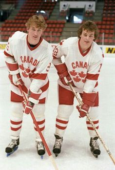 After a shocking 5 game playoff loss to the Kings, Wayne Gretzky joined Dale Hawerchuk and Team Canada at the 1982 World Championship. Canada Hockey, Usa Hockey, Stars Hockey, Wayne Gretzky, Hockey Games, Vancouver Canucks, National Hockey League, Hockey Players, World Championship