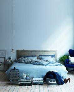 wohnideen schlafzimmer hellblaue wände holtboden hängeleuchte