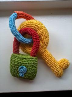 sleutelbos, kraamkado uit babyspeelgoed haken van Annemarie Arts
