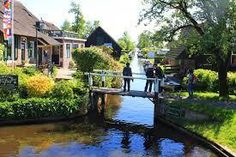 B&B De Hofstee Giethoorn Located in Giethoorn, 23 km from Zwolle, B&B De Hofstee features a private beach area and water sports facilities. A flat-screen TV with cable channels, as well as a CD player are provided. Some rooms feature a seating area where you can relax.