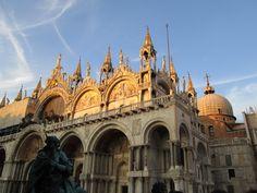 【サン・マルコ大聖堂】      サン・マルコ大聖堂(Basilica di San Marco)は、サン・マルコ広場に面して建てられた聖堂で、ビザンティン建築を代表する建築物として知られています。建築に着手したのは9世紀でしたが、11世紀以降から約400年の歳月をかけて改築が施されて現在の形となりました。 黄金の壁、数千個の宝石が埋め込まれた衝立、ロマネスク様式も混合した聖堂のモザイクなど、豪華絢爛な内装は一見の価値ありです。